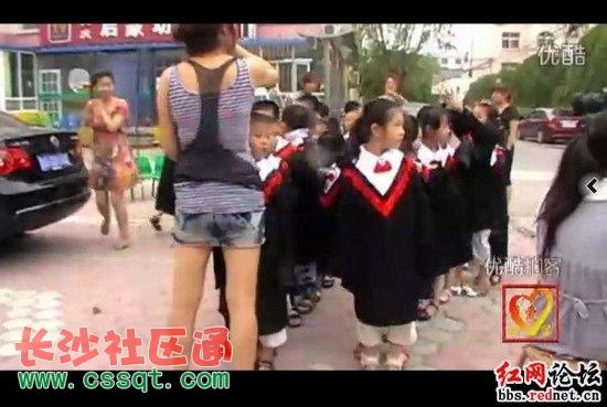 长沙一幼儿园小朋友集体穿学士服拍毕业照