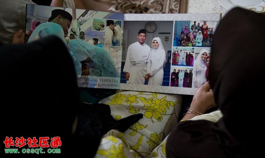 马航失联航班上部分乘客的照片。    据马来西亚星洲日报报道,东方艺术机构董事长廖伟成证实,有30名乘客是前往马来西亚参加第四届中国书画名家赴马来西亚作品邀请展的中国书画家和他们的家属,乘坐了马航飞往北京中途失联的飞机上。他说,共有25名中国书画家联同家属和工作人员一行35人,于本月3日上午8时许抵达吉隆坡;但是,由于书画家来自中国不同地方,返回的班机和时间各异,因此另有5人并没有搭乘这趟失联的马航班机。廖伟成在接受星洲日报专访时说,搭上失联班机的中国书画家包括中国艺术团团长,中国书法艺术家协