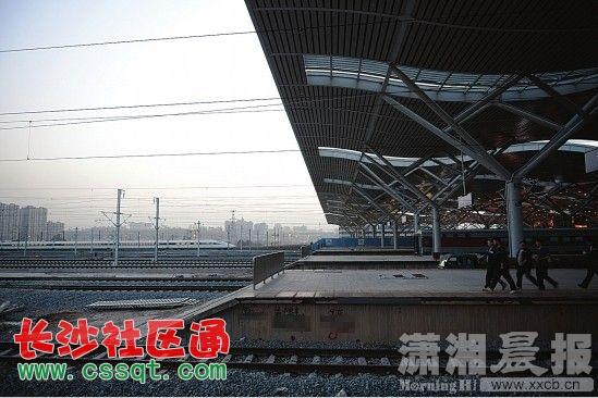 3月29日,沪昆高铁长沙南站,不远处一辆高铁驶出京广高铁长沙南站。沪昆高铁长沙南站是京广高铁长沙南站向东扩展的续建工程,目前,该工程正在紧张有序地建设中。   再过一个月,京广高铁长沙南站将整体向东延伸80%,成为可同时供2万乘客候车的现代化高铁枢纽站。3月29日,沪昆高铁长沙南站钢网架屋面内外装修全面完成,正进入地面铺装扫尾阶段。中建五局沪昆长沙南站项目部技术经理李小聪介绍,沪昆高铁长沙南站计划4月20日基本完成建设,4月30日全面完成建设,将与京广高铁长沙南站共一个候车室,共一个出站层,共一个地