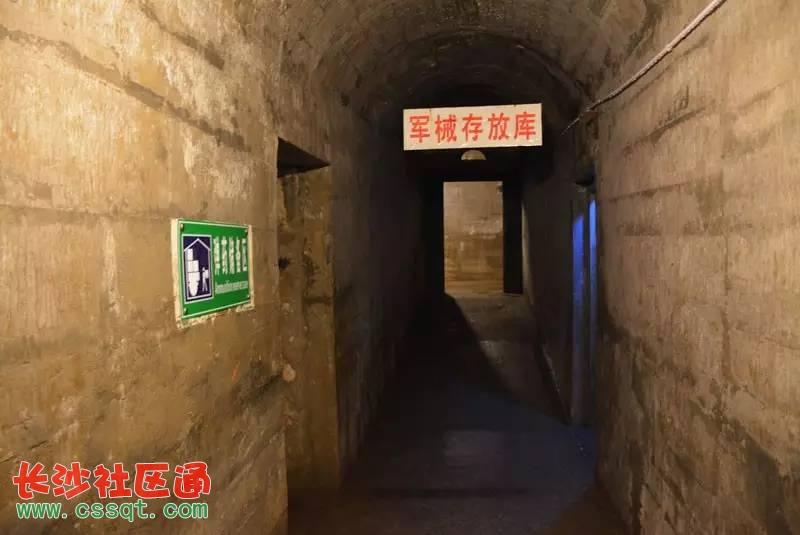 坪石镇,位于韶关的最北面, 粤北与湘南交界,素有广东北大门之称。 然而,在这山青水秀的地方, 却隐藏着一个不为人知的地下工程, 以及一段尘封了40多年的秘密。 据说,这里跟林彪还有着莫大的关系 它就是7011工程。 究竟林彪为什么要建立这个工程呢?   7011工程位于坪石镇南面水浸角村的岩顶山下,地处大瑶山、狮子山、九峰山之间,距离京广铁路和S248省道不到一公里,此地扼守武江,掌控南北交通。据说,这是由林彪秘密主持修建,是一座连原子弹也无法摧毁的军事基地,一个几乎要改变中国命运的地方。