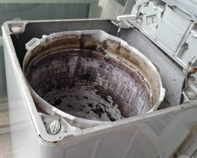 主要是因为传统洗衣机内筒外桶相通的结构造成的