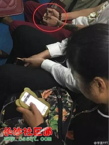 男子北京地铁早高峰遛蛇 乘客害怕没处躲闪
