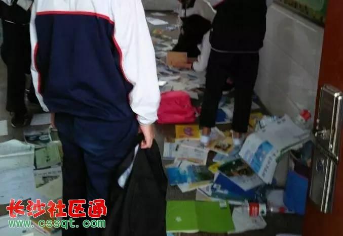 书包全都推到在垃圾桶旁,(从图片上看到地上书,书包,笔和垃圾一片狼藉