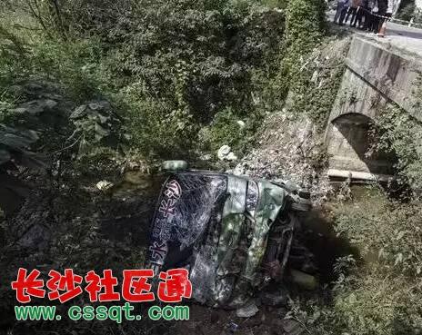 岳阳一客车高速路上翻入水沟 造成11人受伤1人