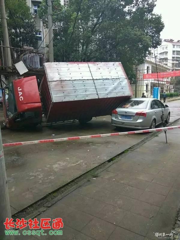 箱式小货车司机为了避让停在路边的小车,没有注意到道路右侧的变压器图片