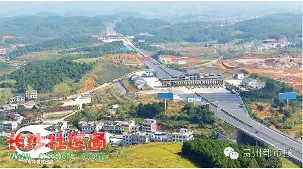 贵州铜仁大兴收费站(前)与湖南凤凰西(后)收费站全景