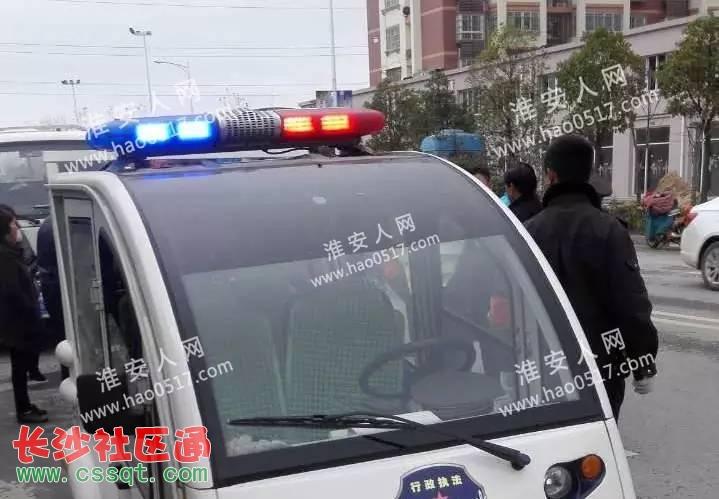江苏淮安都市花园小区门前商贩和城管争执一度激化