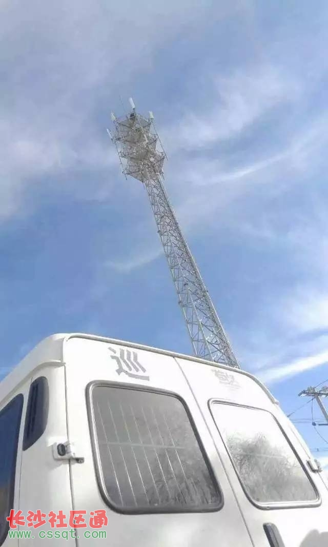 竟然爬上移动信号塔意图跳塔