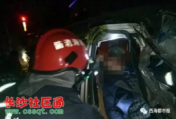 事故发生后,接到报警的湟中县公安消防大队立即出动两辆消防车,11名官兵前往事故现场。到场后消防官兵发现,车辆零部件、玻璃碎片散落一地,一片狼藉。面包车车头严重变形,被卡在半挂车车尾,被困在严重变形车体内的3人均有不同程度受伤,其中一名老者意识模糊。   为了尽快帮助被困人员脱险,消防官兵首先利用抢险救援消防车对面包车进行牵引,使其与半挂车脱离,随后利用破拆工具对车体严重变形的面包车破拆,开辟救援通道。经过半小时紧张救援,3名被困人员成功救出,并送往医院接受治疗。   据了解,车祸中受伤的3人为一家三口,副
