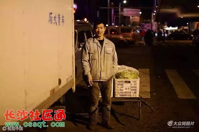 """青岛抚顺路批发市场的""""骆驼祥子"""" 这8000元的工资可真"""