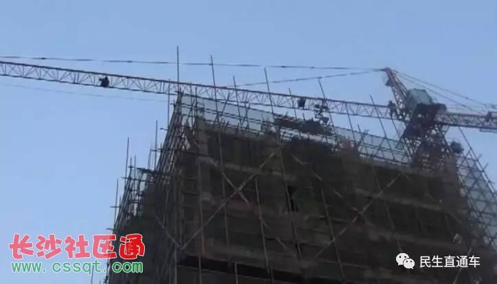 山东潍坊诸城男子酒后竟爬上35米塔吊