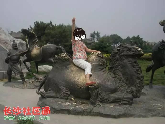北京卢沟桥逃票游客不顾提示攀爬雕塑 铜骆驼被磨亮