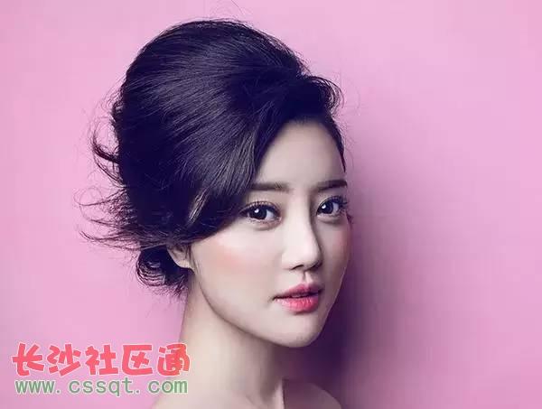 韩式新娘发型图片,饱满蓬松的发髻,搭配华丽的发饰,十分亮眼吸睛哦!