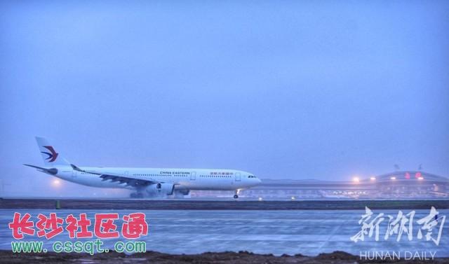 2017年3月30日,一架飞机降落在长沙黄花国际机场第二跑道.