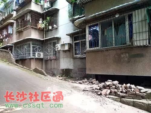 四川自贡搬家队货车一头撞翻鸿鹤坝社区5米长围墙