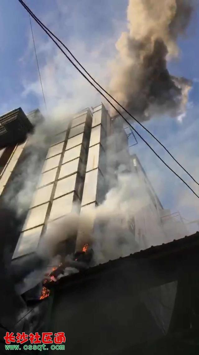 消防官兵紧急救火 火灾扑灭后,记者进入现场,看到拉面馆工作人员当时进行自救留下的慌乱场面,几个灭火器倒在地上,起火的油锅已经被扔在拉面馆外的地上。   火灾后店内情况  大火扑灭后外墙已经被烧黑  拉面工作人员曾先生懊恼地说,发生这次火灾完全是因为自己的疏忽大意引起的,如果自己没有出去抽烟、如果当时油锅旁有人的话一定不会发生火灾。