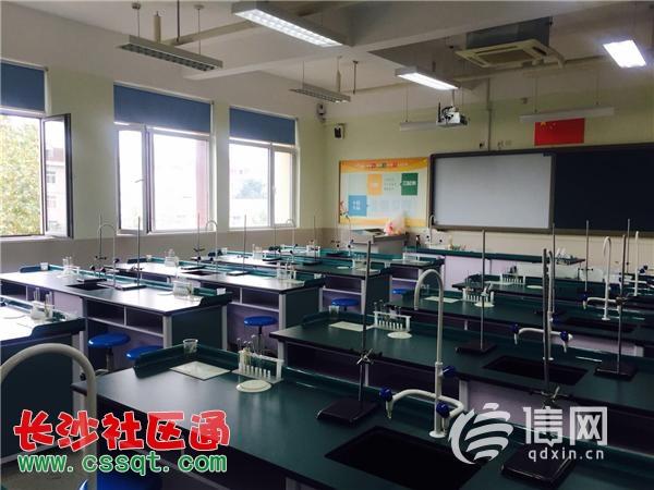 在青岛五中的校园里,课间活动结束之后穿着校服的初中生主动在楼梯口