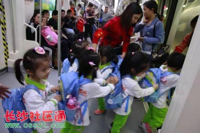 通过观察地铁站内禁止标志和指示标志,孩子们了解了地铁站内的一些安全小常识,如:地铁站内不能携带易燃易爆等危险物品,通过地铁站内工作人员的耐心讲解,孩子们再一次对乘坐地铁不能携带的危险物品有哪些加深了印象;乘坐地铁要文明排队,不追逐打闹,按着箭头标志有序上下;乘坐电梯时要拉好扶手,不能玩手机;孩子要在父母陪同下乘电梯等等。在老师及地铁工作人员的指引下,孩子们观察了长沙地铁轨交图,大家踊跃发言,不同线路代表的颜色特别吸引他们,除了能说出颜色外,通过询问地铁站内的叔叔阿姨还能准确说出起点和终点站呢!大家还观察了