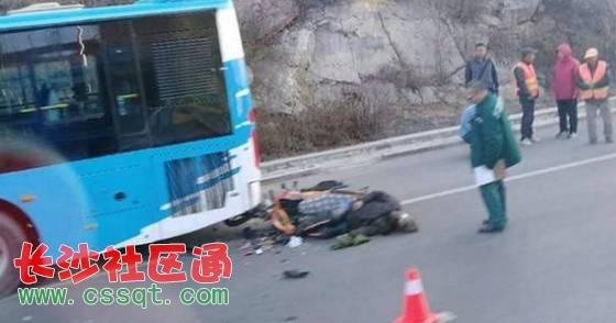 一辆摩托车与一辆60路公交车相撞,不幸的是,经确认摩托车驾驶员已死亡