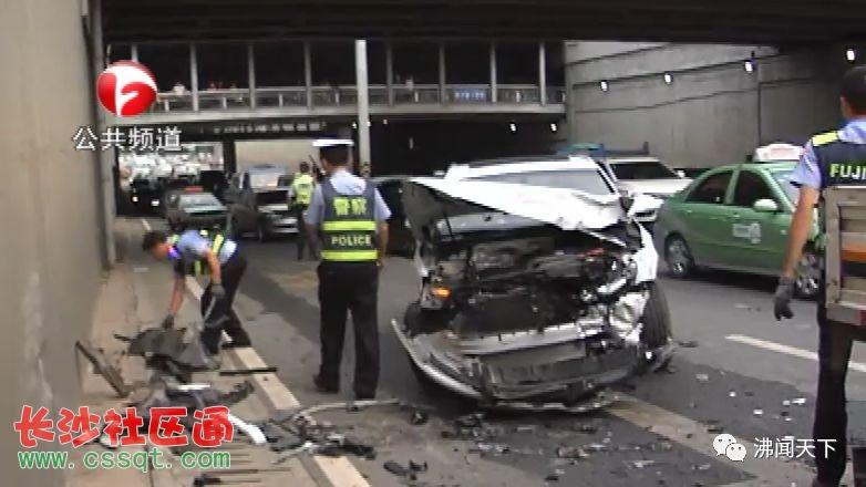红色宝马车驾驶人由于操作不当,把油门当刹车造成车辆失控,撞向对面