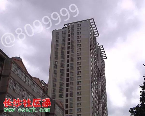 记者首先来到丹霞路一栋高层住宅楼上,乘电梯到达顶层后,要去楼顶则需