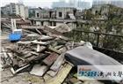 长沙天心区富康小区楼顶成垃圾场 三四吨垃圾堆放多年无人管