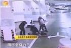 长沙中建梅溪湖业主遭4人围殴2分钟 还被咬断手指!只因回家前的这个举动