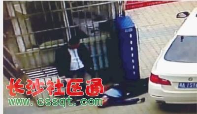 男子右手拿着一叠钞票站在被打倒的保安身边。视频截图